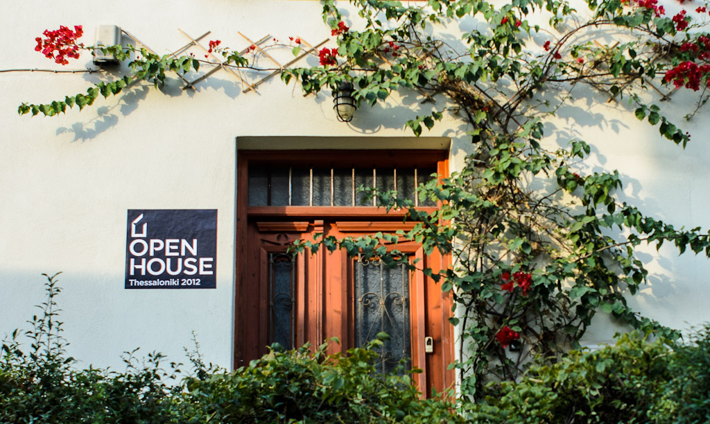 Οικία στην Άνω Πόλη με τη χαρακτηριστική αφίσα του Open House.