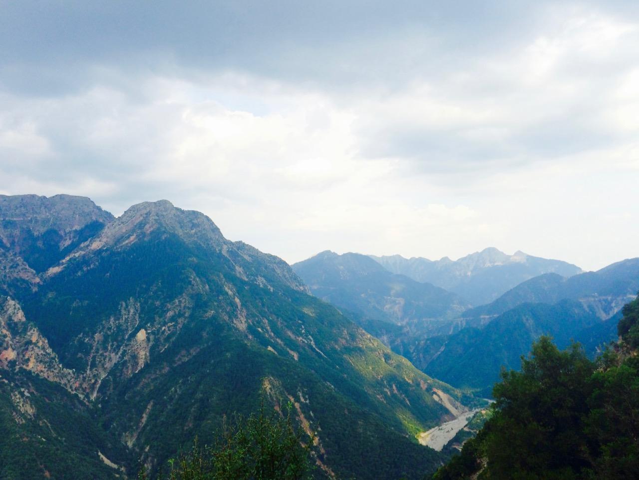 Σε πολλά σημεία, υπάρχουν τοποθεσίες εκπληκτικής θέας στα γύρω βουνά.