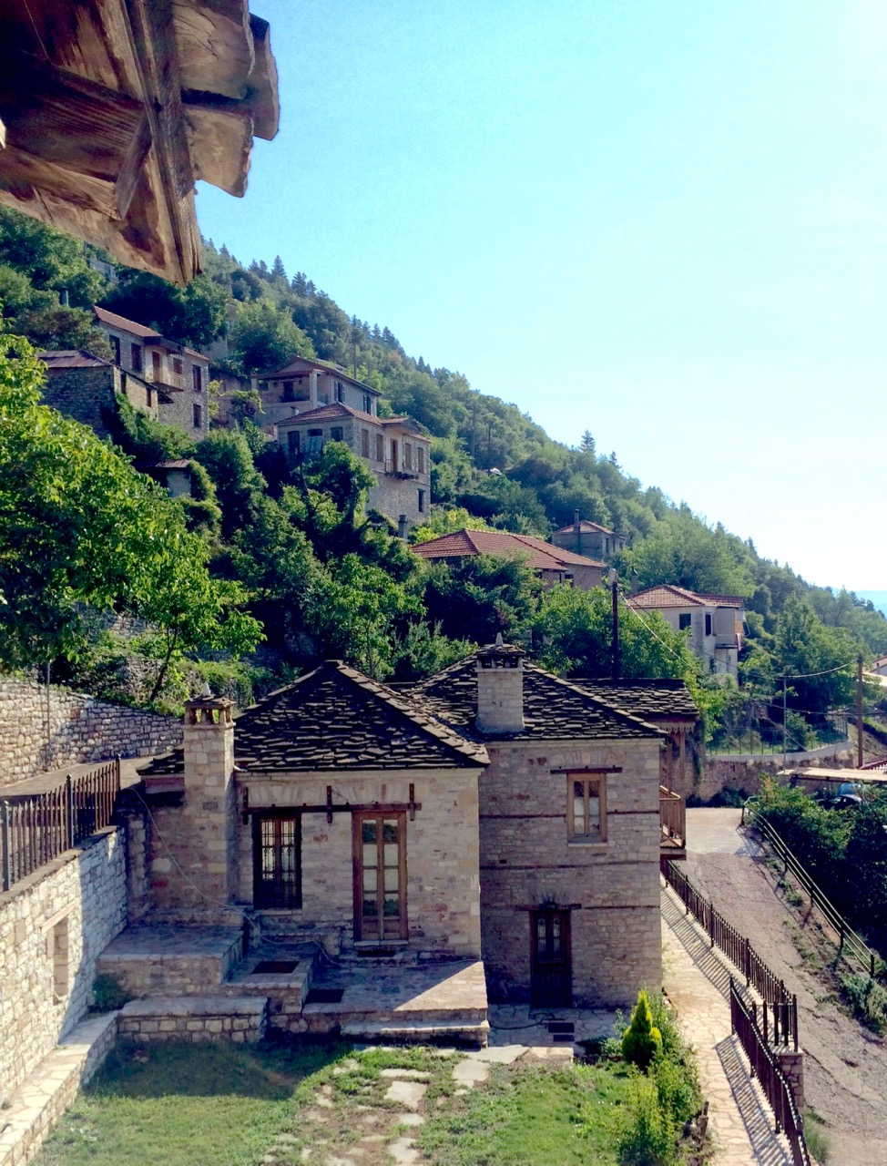 Οι Κορυσχάδες, πολύ κοντά στο Καρπενήσι, είναι από τα πιο παραδοσιακά χωριά, μέσα στο πράσινο και με όμορφη πλατεία, αλλά με περιορισμένες δυνατότητες για φαγητό και βόλτα.